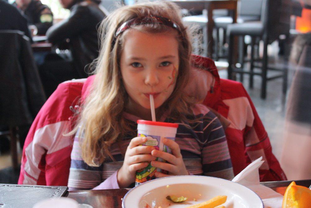 Sarah Steenbergen eating at hard rock café copenhagen 2010