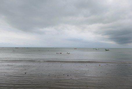 the pacific ocean ecuador coast line atacames