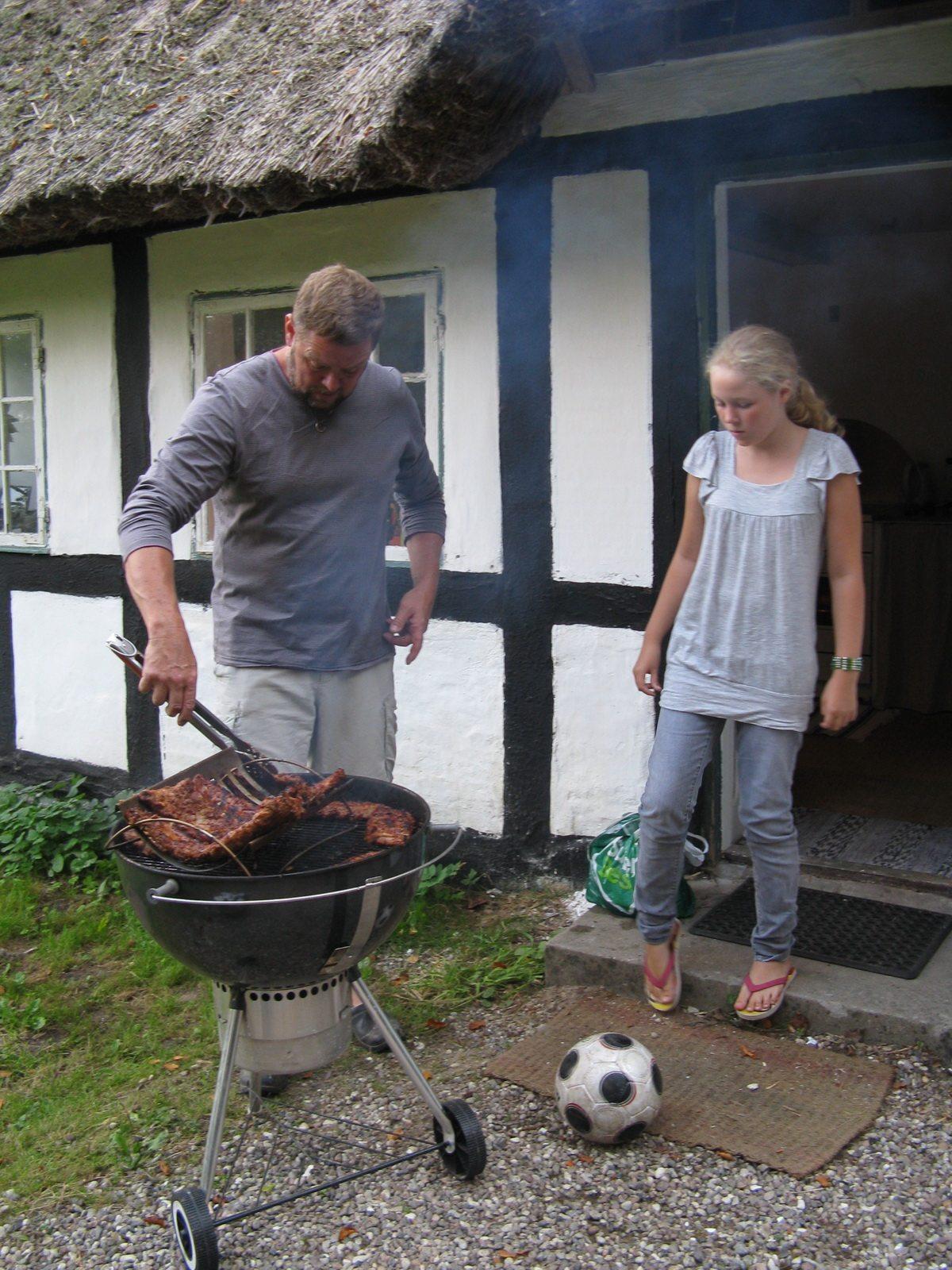 John og ida-marie lund barbequeing