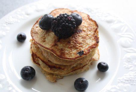 banana pancakes recipe with berries